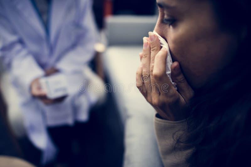 Mulher deprimida em um hospital mental fotos de stock