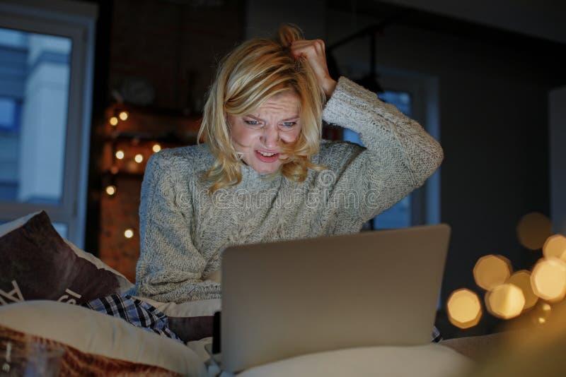 Mulher deprimida que passa o tempo em casa foto de stock