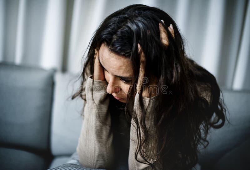 Mulher deprimida que tem uma sessão de assistência foto de stock royalty free