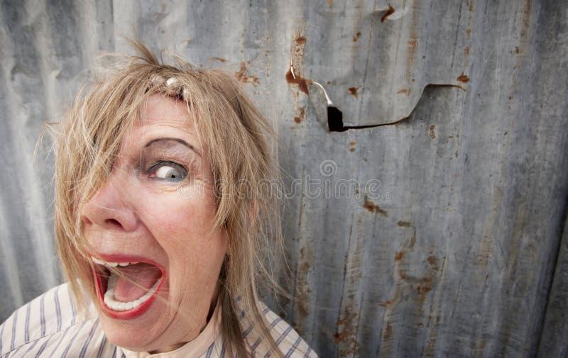 Mulher desabrigada que grita fotografia de stock