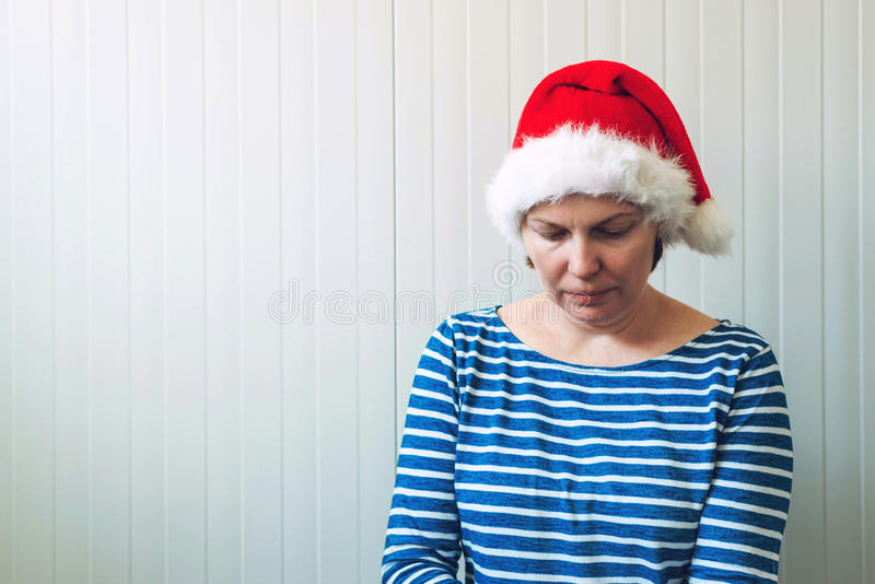 Mulher desapontado com o chapéu de Santa Claus do Natal que sofre de imagens de stock royalty free