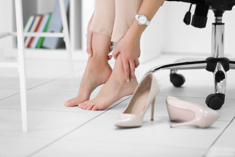Mulher descalça no escritório fotos de stock royalty free