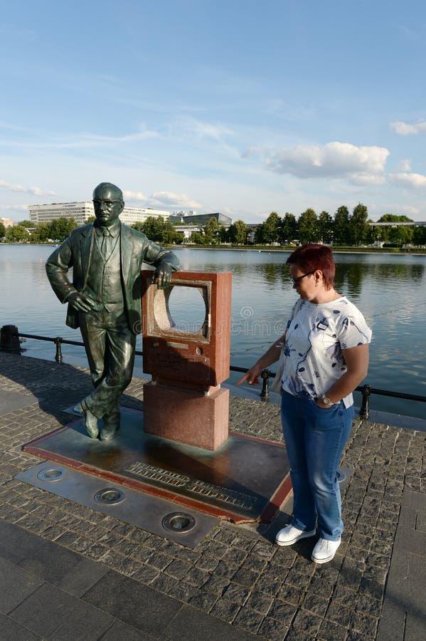 Mulher desconhecida no monumento ao inventor da televisão Vladimir Zvorykin no banco da lagoa de Ostankino fotos de stock