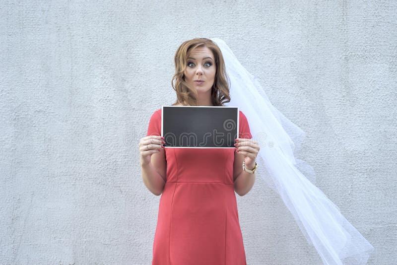 Mulher descontentada que guarda uma placa foto de stock royalty free