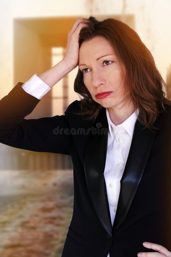 A mulher desempregado no negócio financeiro preocupou-se sobre a crise e cansado do colapso imagens de stock royalty free