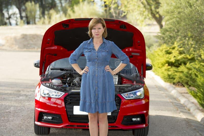 Mulher desesperada e confusa encalhada na borda da estrada com falha no motor do carro ou acidente quebrado do impacto foto de stock royalty free