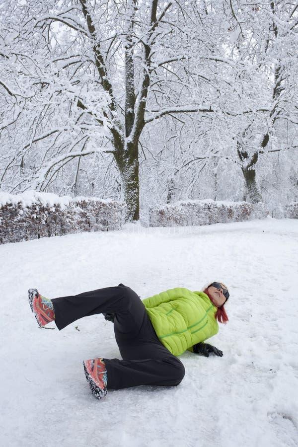 Mulher deslizada em uma neve e em um gelo imagem de stock