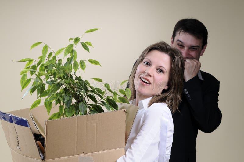 mulher despedida e saliência que sorriem no fundo fotografia de stock royalty free