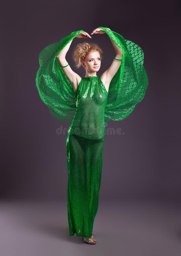 Mulher despida no traje transparente verde da dança imagens de stock