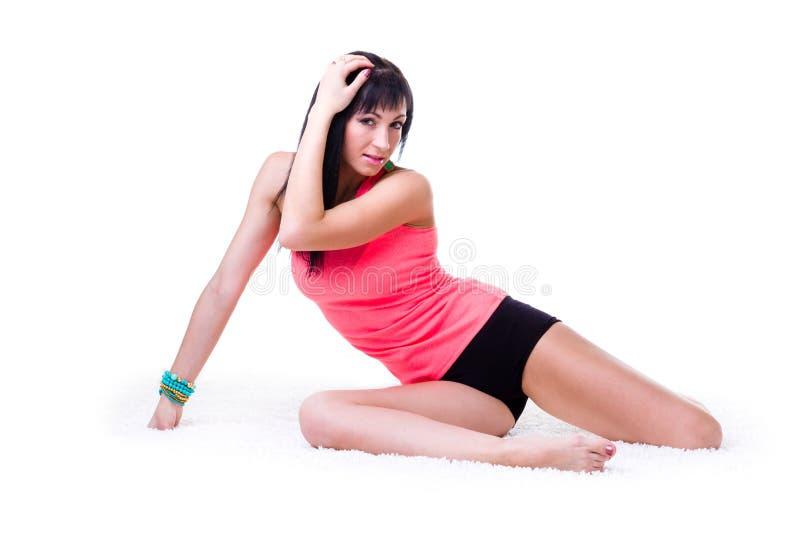 Mulher desportiva bonita que faz o exercício imagem de stock