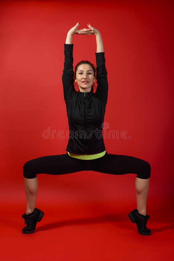 Mulher desportiva bonita que faz o exercício fotografia de stock