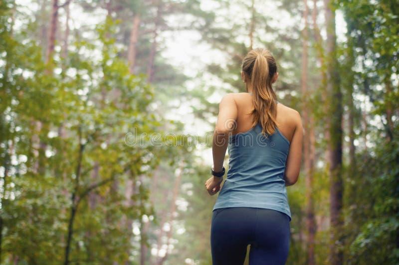 Mulher desportiva da aptidão saudável do estilo de vida que corre cedo no amanhecer fotografia de stock