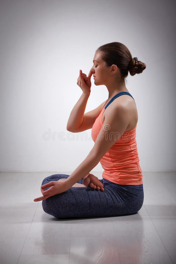 A mulher desportiva do yogini do ajuste pratica o pranayama da ioga imagens de stock