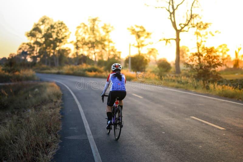 Mulher desportiva em competir a bicicleta imagem de stock