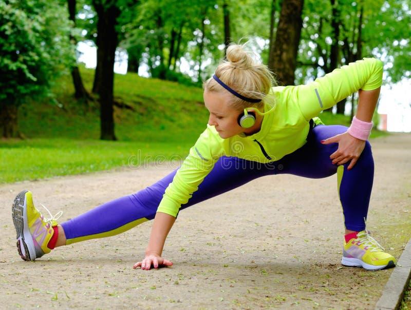 Mulher desportiva em um parque imagens de stock royalty free