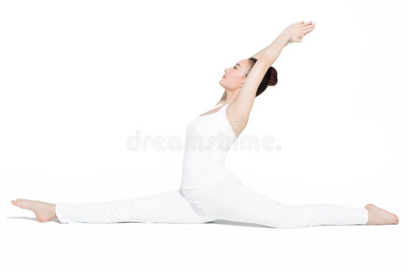 Mulher desportiva na ioga dos exercícios fotos de stock
