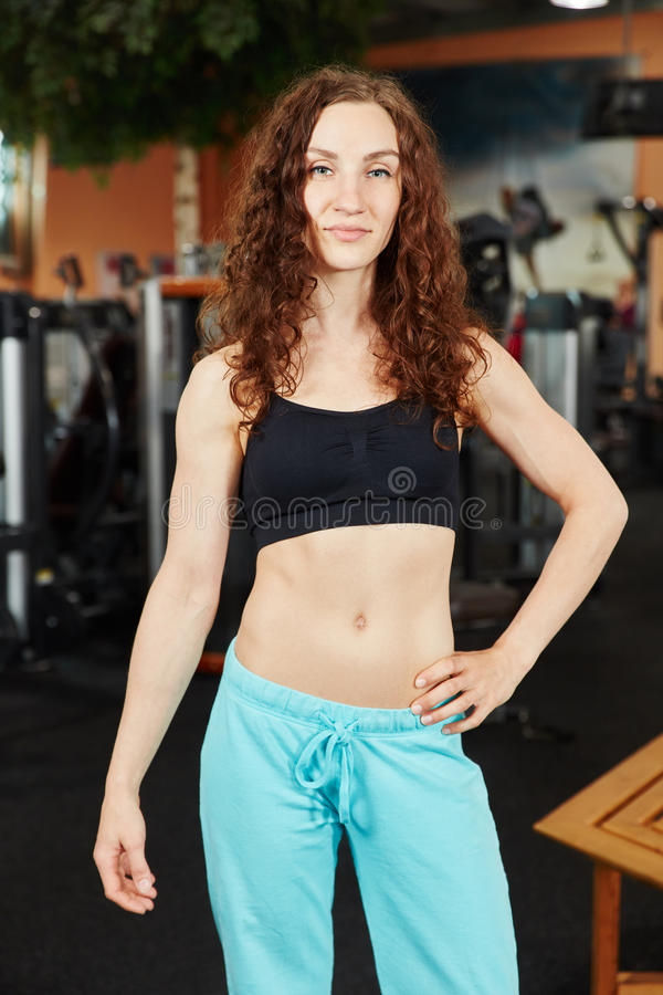 Mulher desportiva no fitness center foto de stock royalty free