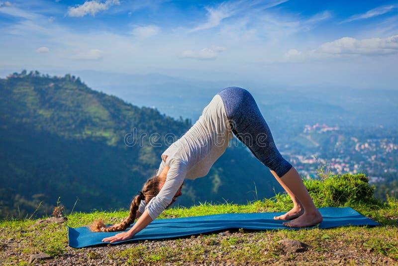 Mulher desportiva nova do ajuste que faz oudoors da ioga nas montanhas fotografia de stock