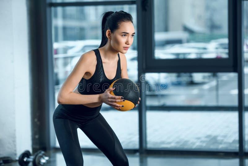 mulher desportiva nova que exercita com bola fotografia de stock