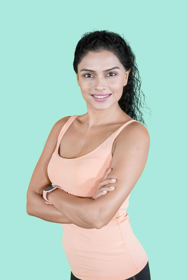 A mulher desportiva olha segura no estúdio imagens de stock