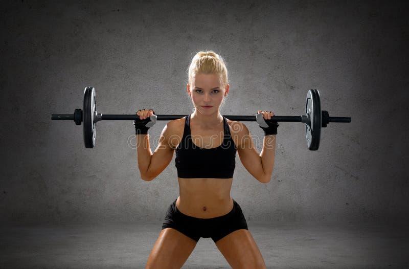 Mulher desportiva que exercita com barbell foto de stock