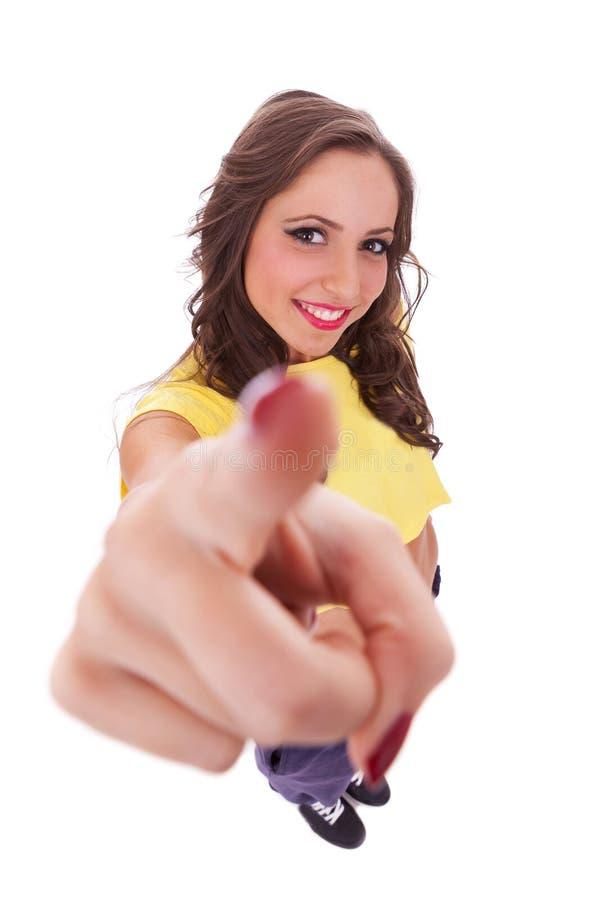 Mulher desportiva que pointiing à câmera imagem de stock