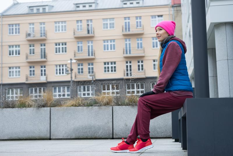 Mulher desportiva que relaxa após o exercício fotos de stock royalty free