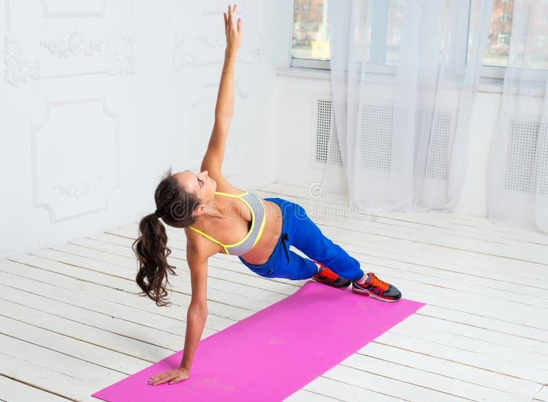 Mulher desportivo ativa que faz o exercício do pino foto de stock royalty free