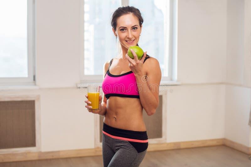 Mulher desportivo atlética nova lindo no esporte fotografia de stock
