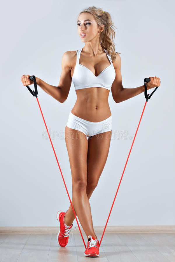 Mulher desportivo que faz a corda de salto no gym fotografia de stock royalty free