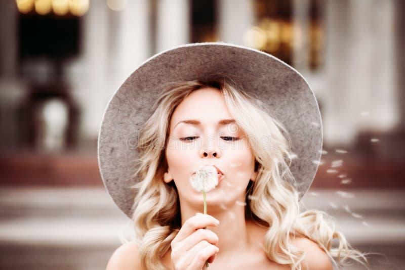 Mulher despreocupada ao ar livre Modelo louro com flor imagens de stock royalty free