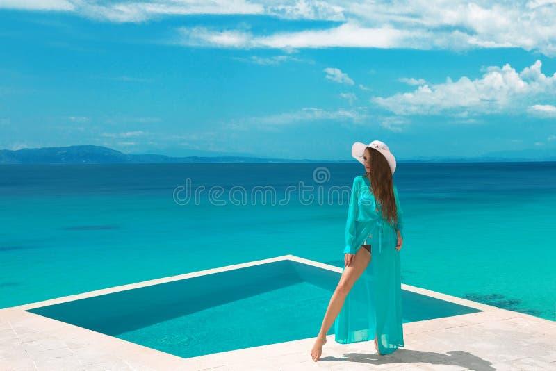 A mulher despreocupada do biquini no roupa de banho que aprecia a lua de mel, menina relaxa imagem de stock royalty free