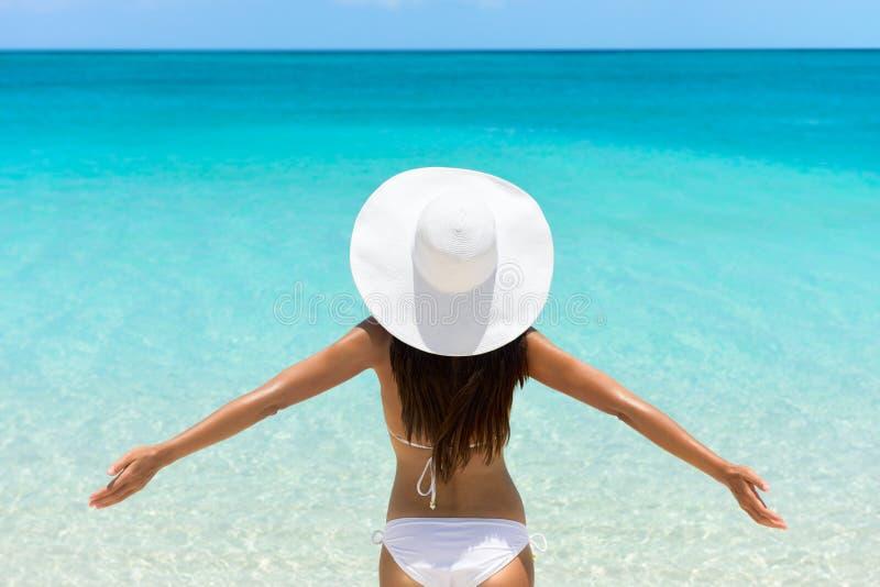 Download Mulher Despreocupada Na Praia No Chapéu E No Biquini Brancos Imagem de Stock - Imagem de adulto, bikini: 65579399