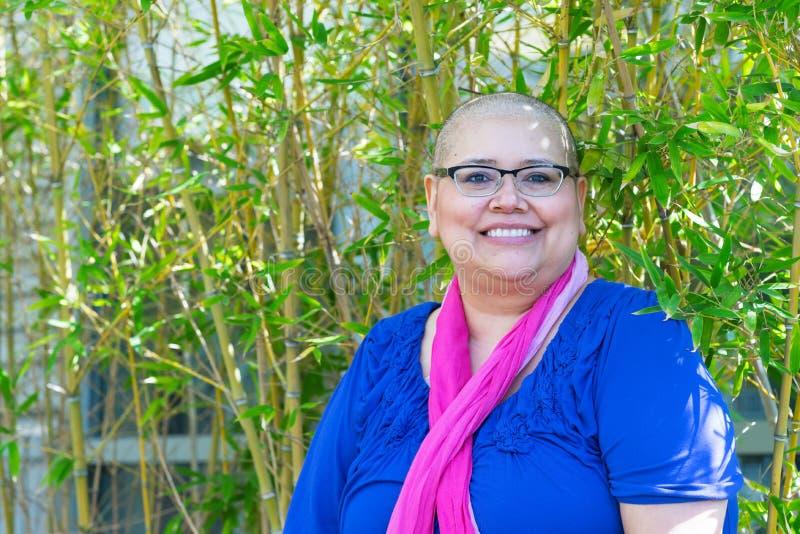 A mulher diagnosticada com câncer mantém a atitude positiva imagem de stock