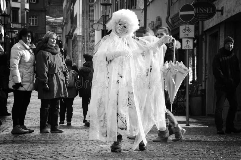Mulher disfarçada que executa na rua fotografia de stock