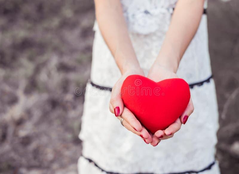 Mulher disponivel do coração vermelho imagens de stock royalty free