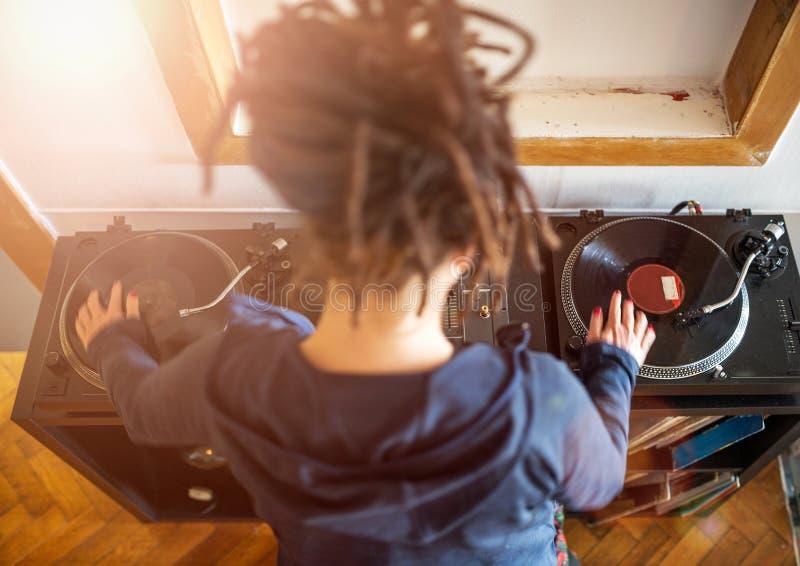 Mulher DJ que trabalha com registros de vinil fotografia de stock royalty free