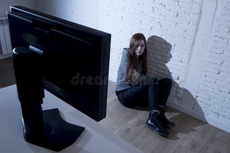 A mulher do adolescente abusou o Internet de sofrimento que cyberbullying deprimido triste assustado na expressão da cara do medo fotos de stock