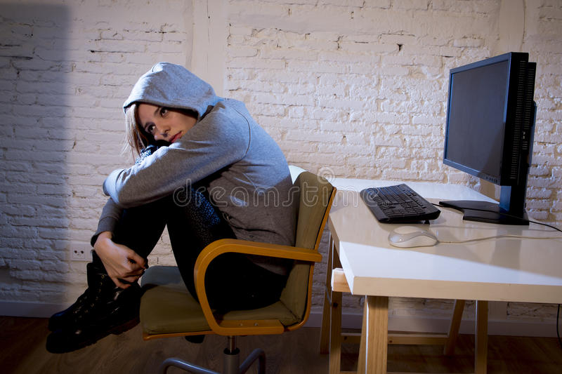 A mulher do adolescente abusou o Internet de sofrimento que cyberbullying deprimido triste assustado na expressão da cara do medo imagem de stock