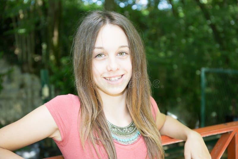Mulher do adolescente da moça da beleza no parque exterior imagens de stock