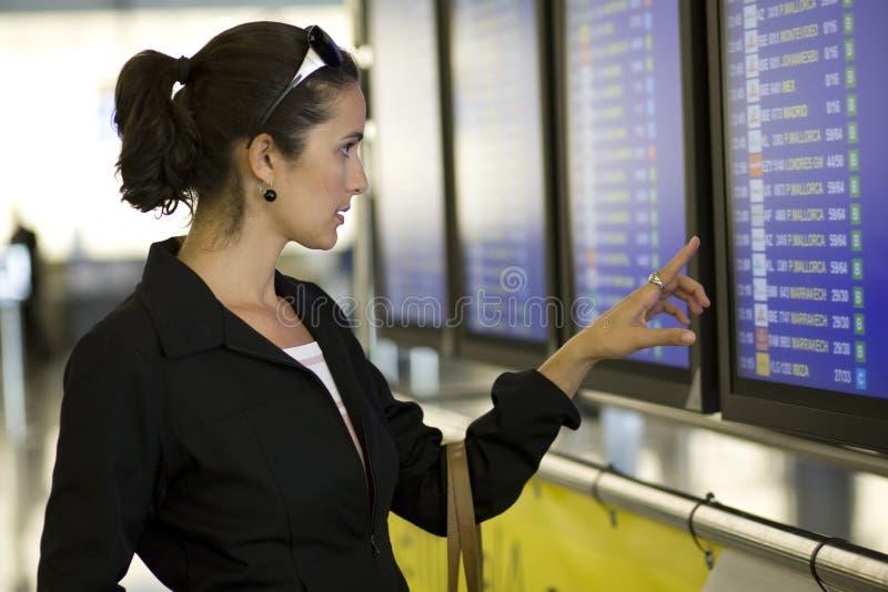 Mulher do aeroporto com telemóvel fotografia de stock