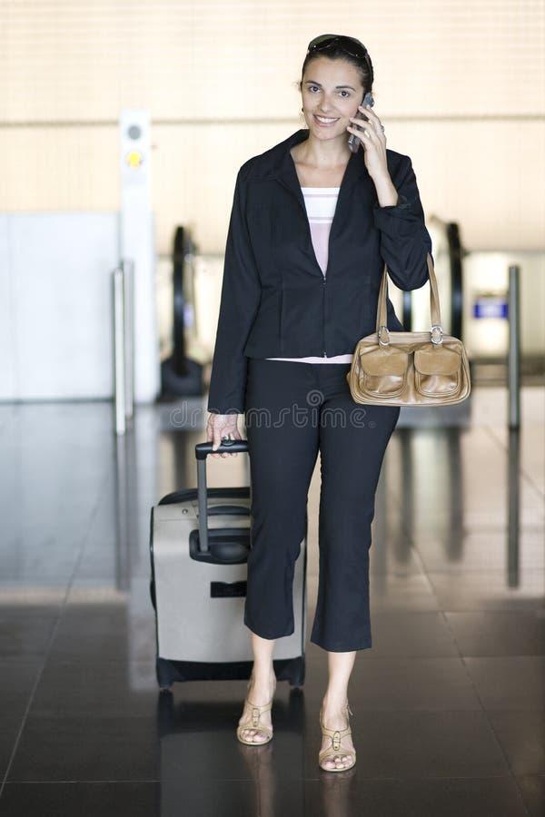 Mulher do aeroporto com telemóvel imagens de stock
