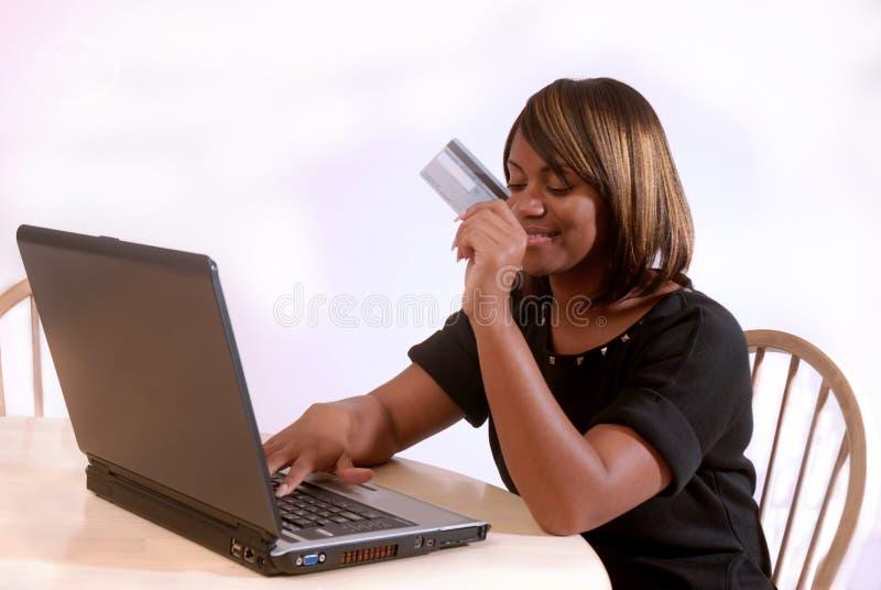 Mulher do African-American no computador fotografia de stock