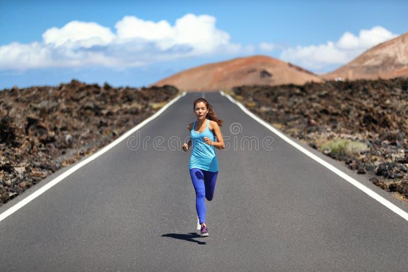 Mulher do ajuste do corredor do atleta que corre na estrada na paisagem da natureza Menina asiática do estilo de vida saudável at fotos de stock