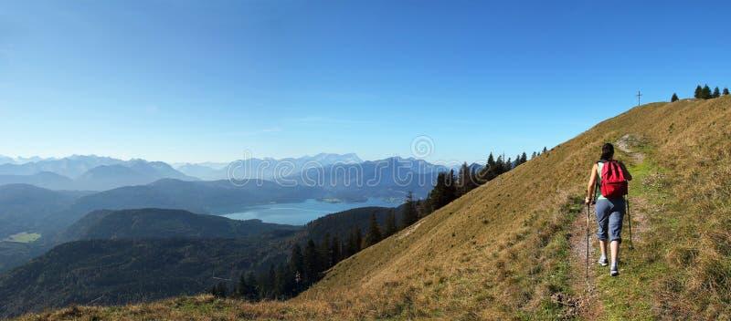 Mulher do alpinismo, vista sobre o cume bávaro fotos de stock royalty free