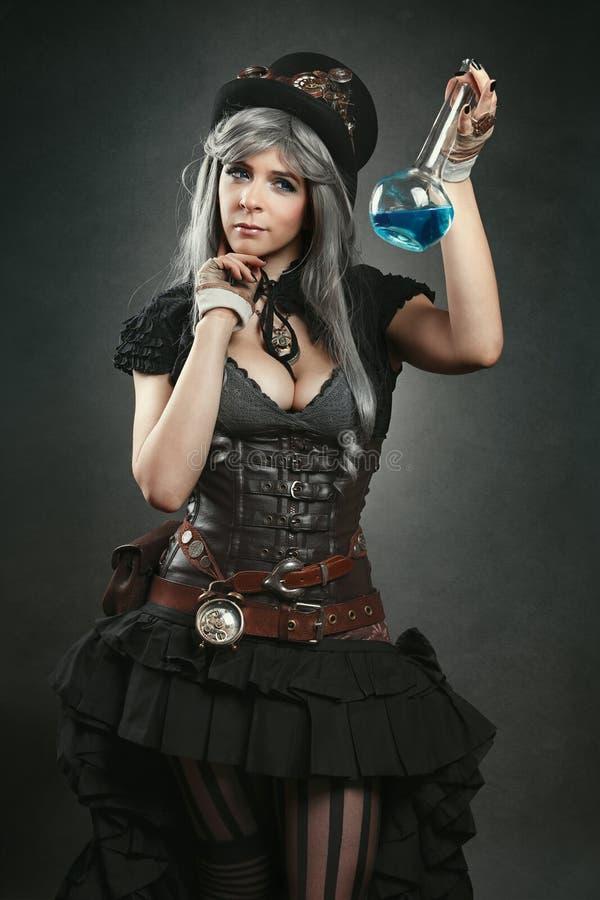 Mulher do alquimista de Steampunk com poção imagem de stock royalty free