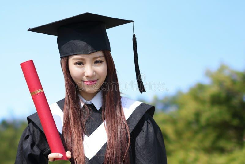 Mulher do aluno diplomado do sorriso foto de stock