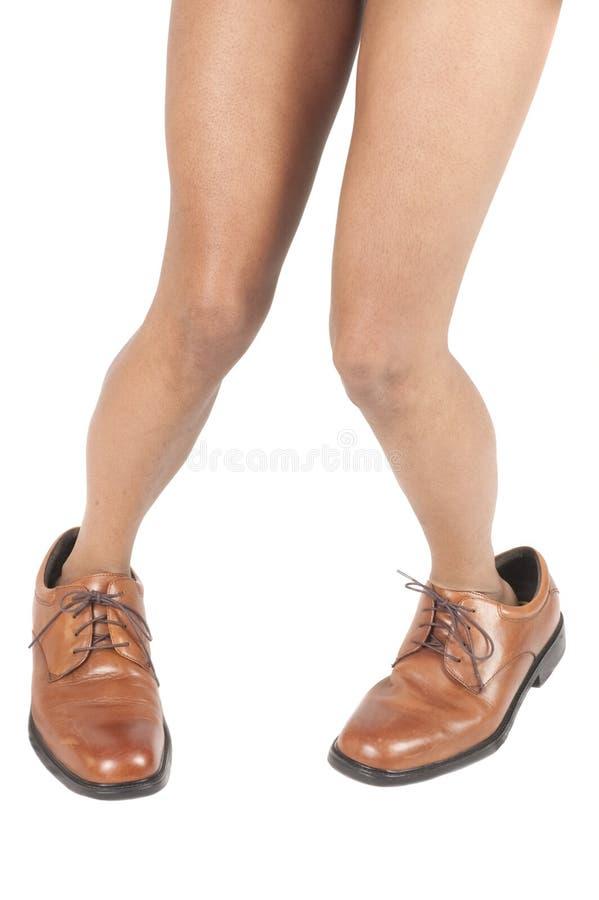 A mulher do americano africano equipa dentro sapatas imagem de stock royalty free