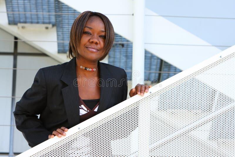 Mulher do americano africano no escritório fotografia de stock royalty free