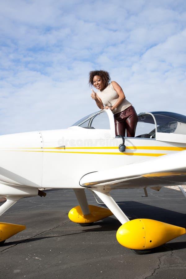 Mulher do americano africano que voa um plano confidencial foto de stock